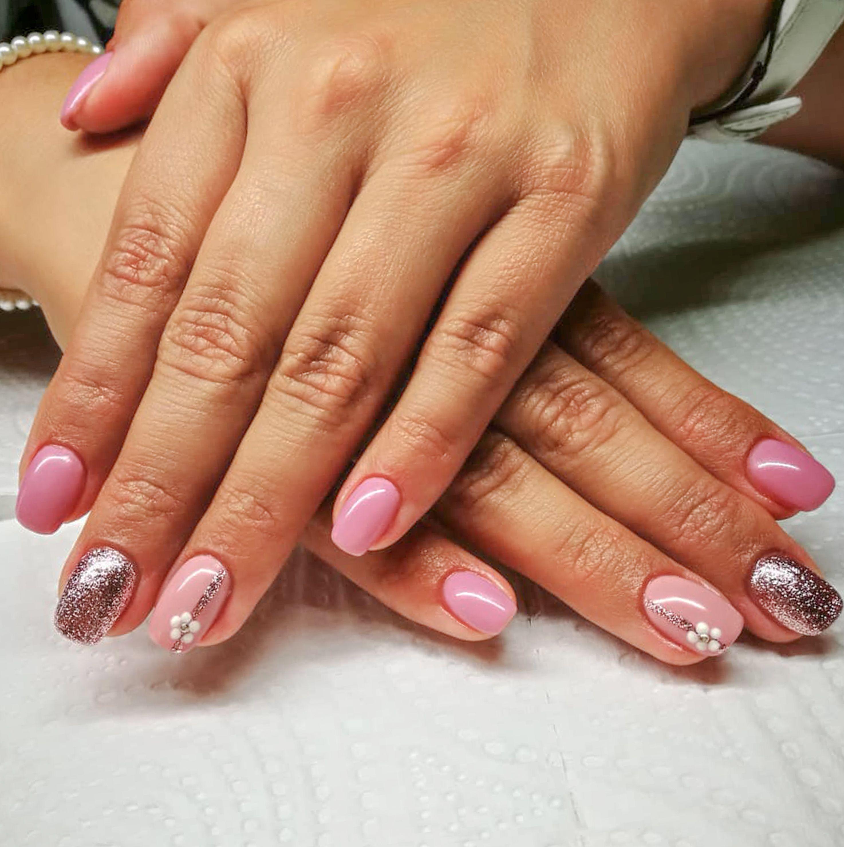 Kombinace Dvou Krasnych Odstinu Ruzove S Kapkou Stribrne Proste Neodolatelna Combination Of Two Lovely Shades Of Pink And One Shiny Si Nail Art Nails Pretty