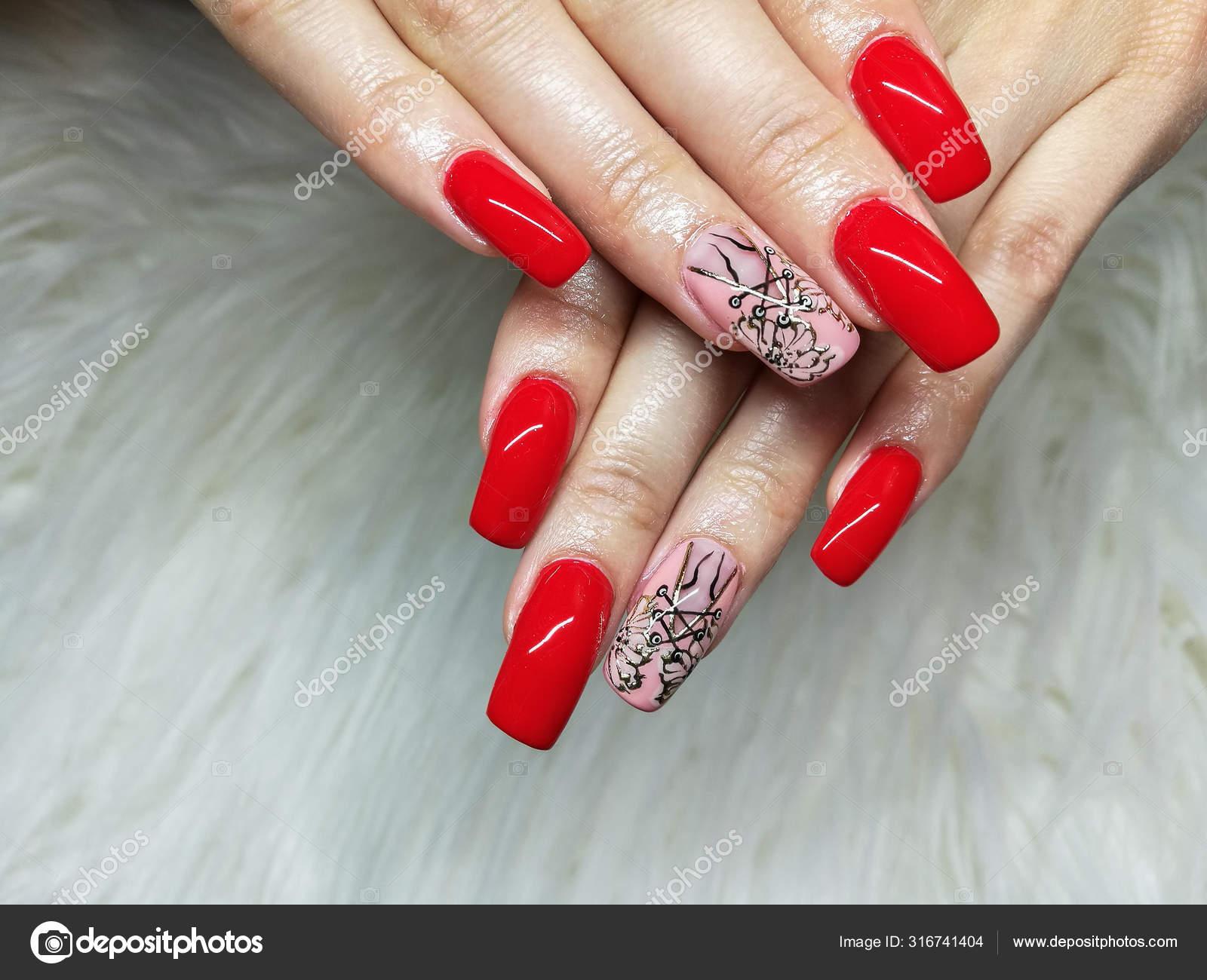 Cervene A Ruzove Malovane Gel Nehty Manikura Na Bilem Kozesinovem Pozadi Stock Fotografie C Malcomz 316741404