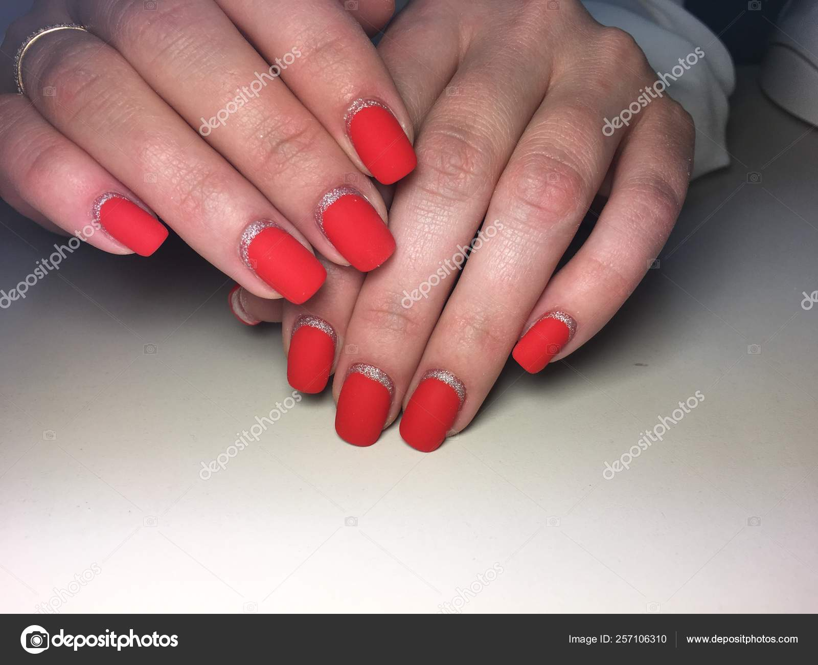 Elegantni Cervena Matne Manikura Na Texudem Pozadi Se Stribrnymi Stock Fotografie C Irinadolya Ukr Net 257106310