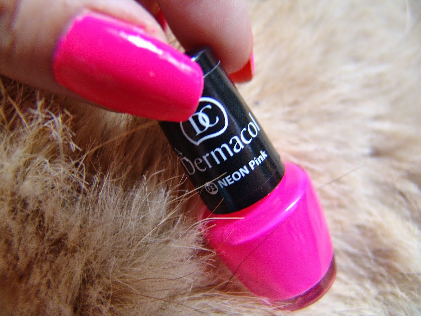 Angelina Beauty Blogger Dermacol 03 Neon Pink Lak Na Nehty Recenze