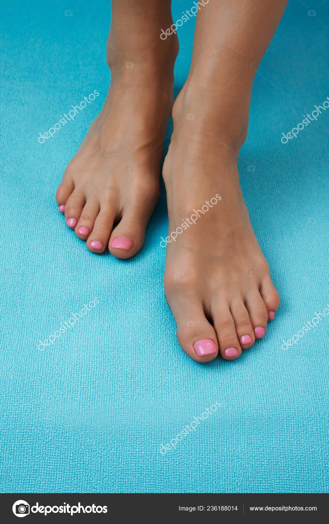 Mlada Perfektni Udrzovana Zena Nohy Pastelove Modre Pozadi Pece Nehty Stock Fotografie C Violanda 236188014