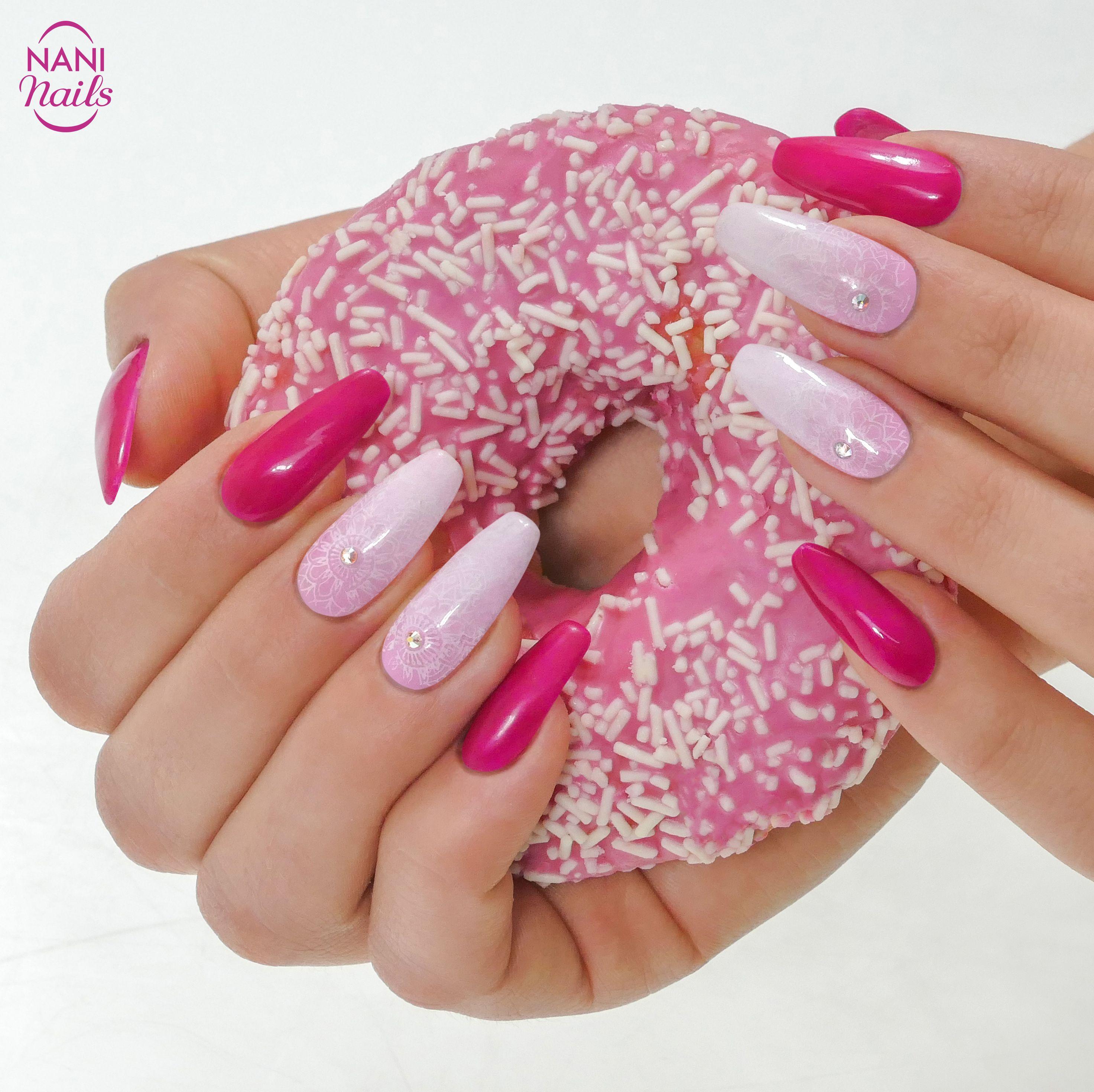 Lahodna Kombinace Vyrazne Ruzove A Jemneho Ombre Co K Tomu Rict Manikura K Nakousnuti Stejne Jako Lakavy Donut Pink Manicure Gelove Nehty Nail Art Nehty