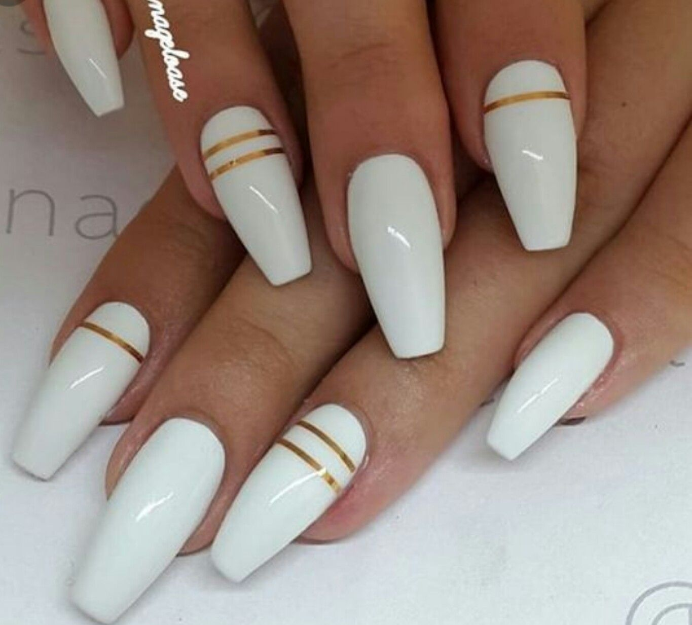 White Nails With Gold Lines With Images Design Nehtu Gelove Nehty Nehty