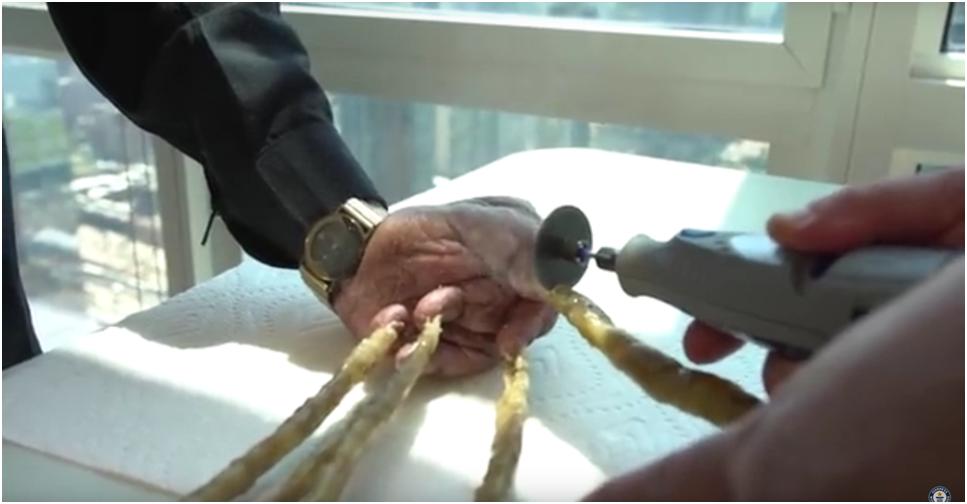 Indicky Muz Si Nechal Ostrihat Nejdelsi Nehty Na Svete A Vystavil Je V New Yorku Video Sputnik Ceska Republika